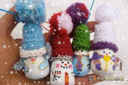 Художниця з Костянтинівки робить новорічні іграшки з перегорілих лампочок